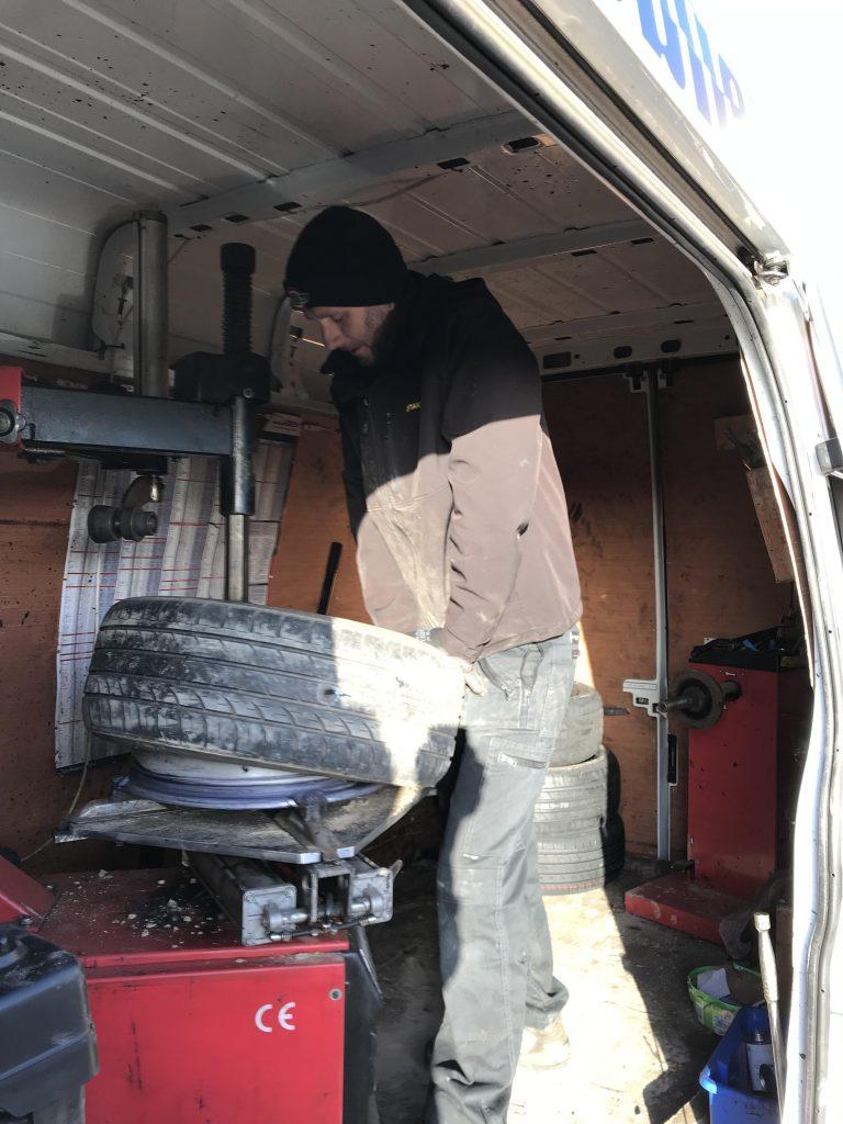 Mototyres 2 u mobile tyre fitting workshop puncture repair.