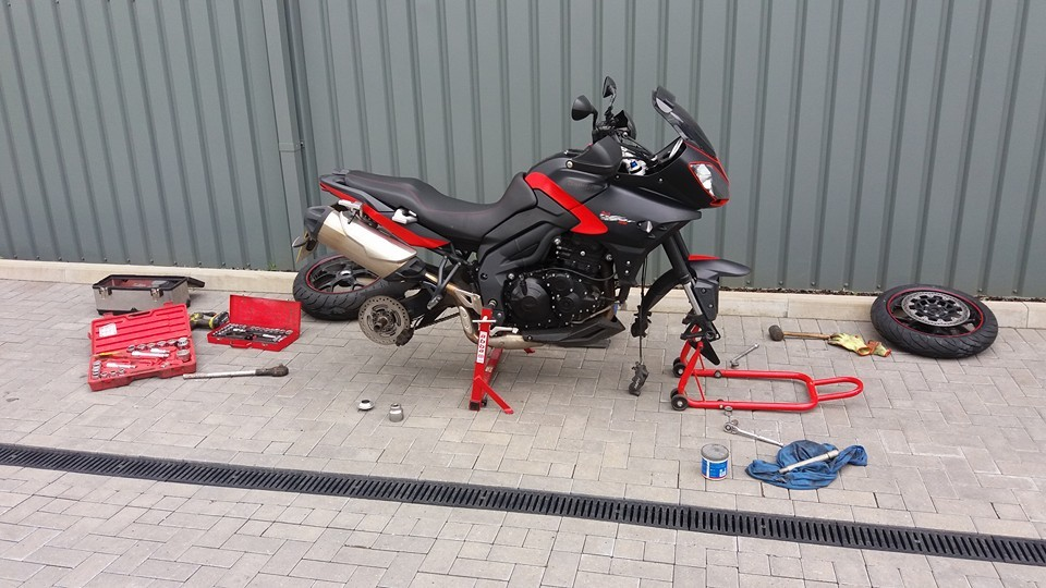 Motorbike tyres mobile fitting by Mototyres 2 u in Lincolnshire